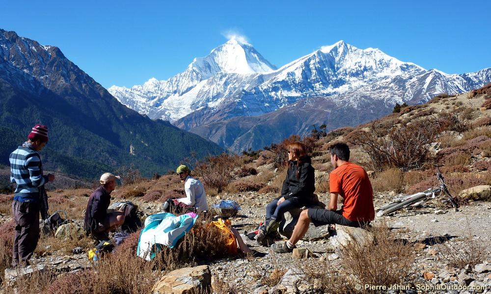 Picnic ultra panoramique devant le Dhaulagiri